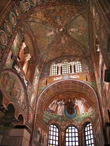 Interior of San Vitale with mosaics - Photo by Tango7174 - Own work, GFDL, https://commons.wikimedia.org/w/index.php?curid=10772248