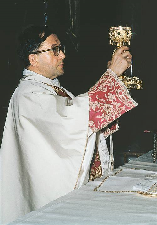 Art and Liturgy - St Josemaria Escriva saying Mass.png